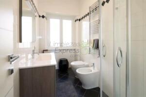 Limpieza de baño en casa amueblada