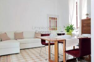 Limpieza de salón y dormitorio en vivienda habitada